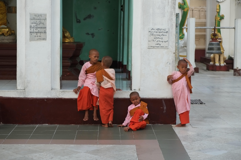 Bild von Kindern in Mönchskleidung in der Shwedagon Pagode